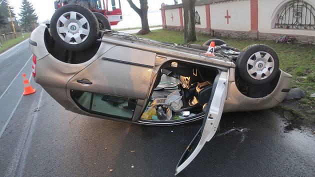 Nehoda osobního auta v Postřelmově