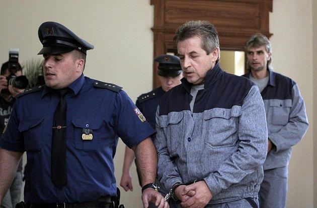 Vepředu Milan Šišma, za ním je vidět Jiří Večeř na archivním snímku z předchozích soudních líčení