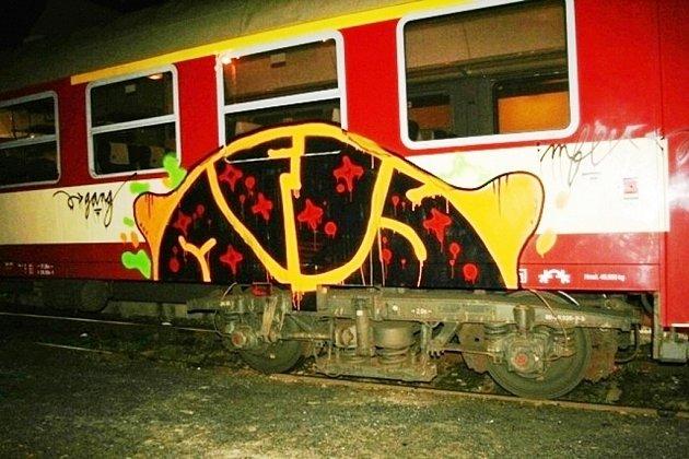 Vandalové v Jeseníku počmárali vlak.