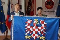 Moravskou vlajku pro město Zábřeh vytvořila dílna Libuše Strachotové (na snímku).