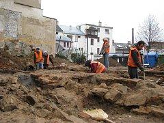 Základy měšťanského domu vykopali archeologové při průzkumu lokality v Radniční ulici mezi východem z pasáže Schiller a klášterním kostelem. V budoucnu na tomto místě vyroste penzion s restaurací.