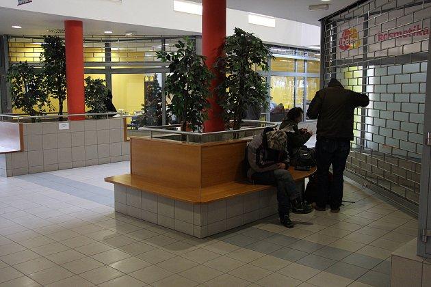 V pasáží obchodního centra Alkron v Jeseníku se scházejí bezdomovci.