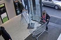 Žena s vozíkem okradla v jesenickém supermarketu seniorku.