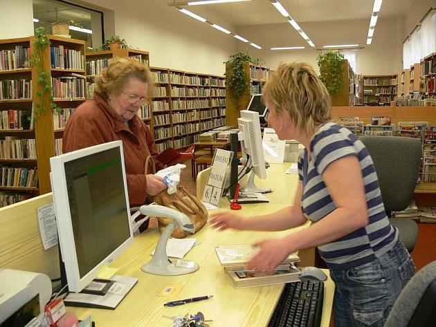 Šumperská knihovna bojuje s nedostatkem prostoru. I to je důvod, proč u knižních hitů nemůže nakoupit dost výtisků