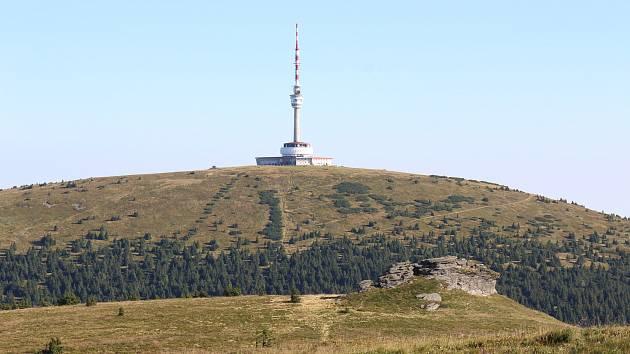 Petrovy kameny, v pozadí vysílač na hoře Praděd.