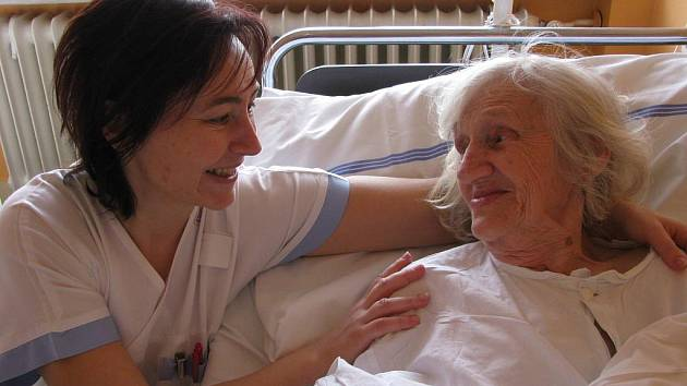 Kaplanka Lenka Topolanová, která působí v Šumperské nemocnici, nabízí duchovní útěchu nejen pacientům, ale i jejich blízkým