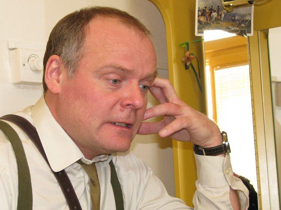 Igor Bareš v šatně šumperského divadla