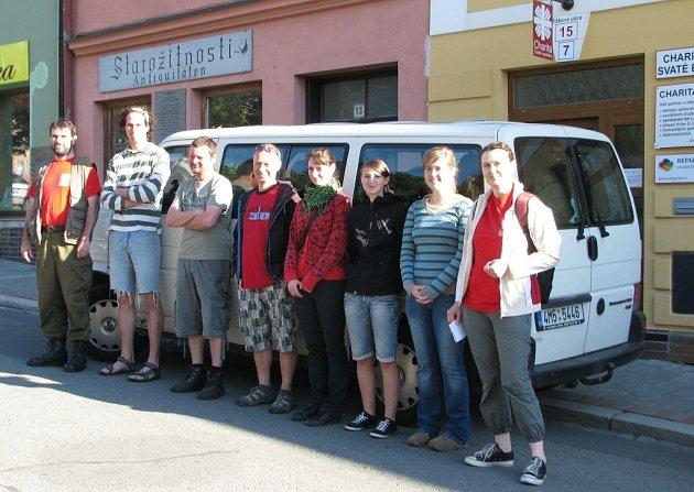 Devět dobrovolníků, kteří se přihlásili na výzvu Charity Zábřeh, vyrazilo ve středu 12. června ráno na pomoc zaplaveným lidem na Litoměřicku.