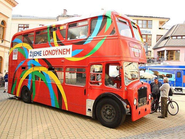 Legendární londýnský doubledecker, který zve na olympiádu do Londýna, dorazil také do Šumperku