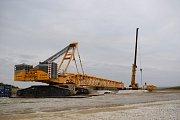 Instalace jeřábu, který je nutný k montáži elektrárny u Kobylé nad Vidnávkou