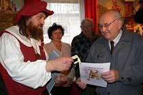 Řezbář Jaroslav Beneš (vlevo) uděluje čestné občanství betlému.