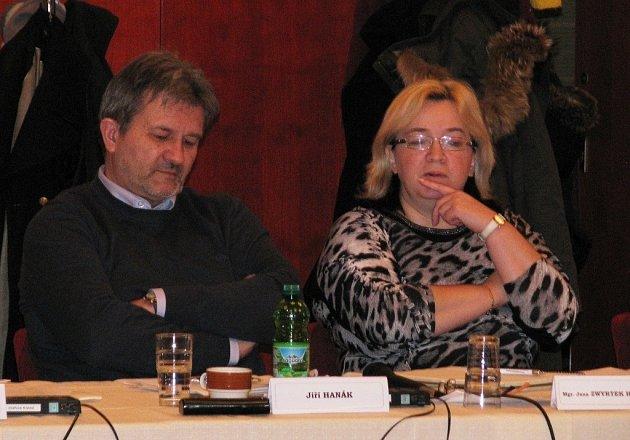 Odvolat starostu Mohelnice Antonína Navrátila z funkce se 27. února neúspěšně pokusili opoziční zastupitelé z řad Nezávislých. Návrh na odvolání přednesl Jiří Hanák, Navrátilovou nástupkyní ve funkci se měla stát Jana Zwyrtek Hamplová.