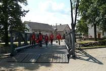 Tento železný most zapůjčený ze státních rezerv by měl brzy nahradit nový, na jehož stavbu chce přispět město Plzeň