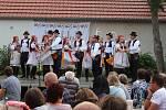 Písně, tance a muzika uchvátily vsobotním podvečeru a večeru návštěvníkybabického Mýtinkafestu.