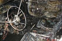 Za jízdy začalo hořet osobní auto, které ve středu 6.7. večer projíždělo Pavlovem na Šumpersku. Ani přes rychlý zásah hasičů se nepodařilo zabránit zničení auta