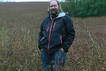 Ředitel staroměstské firmy PRO-BIO Martin Hutař v pohankovém poli.