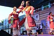 V pátek a v sobotu se na hlavních pořadech Mezinárodního folklorního festivalu v Šumperku představily postupně dvě desítky souborů. Mezi nimi byl i soubor z Kypru.