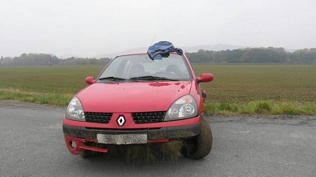 Řidič renaultu havaroval 29. října nedaleko obce Zvole