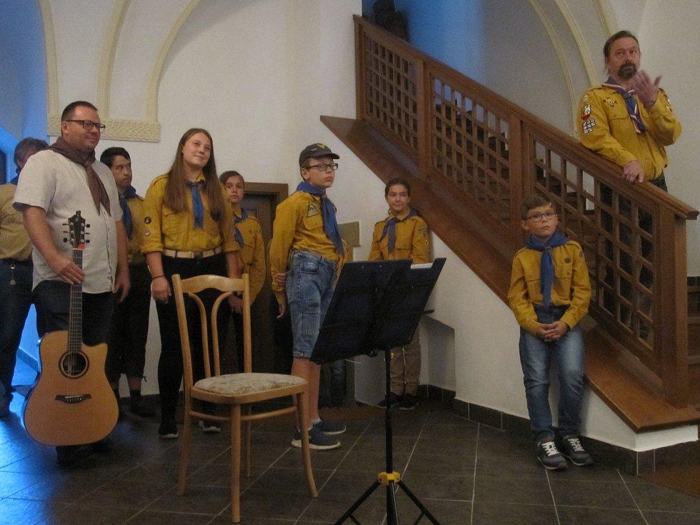 Skautské století v Zábřehu si na vernisáž přišly připomenout desítky lidí.