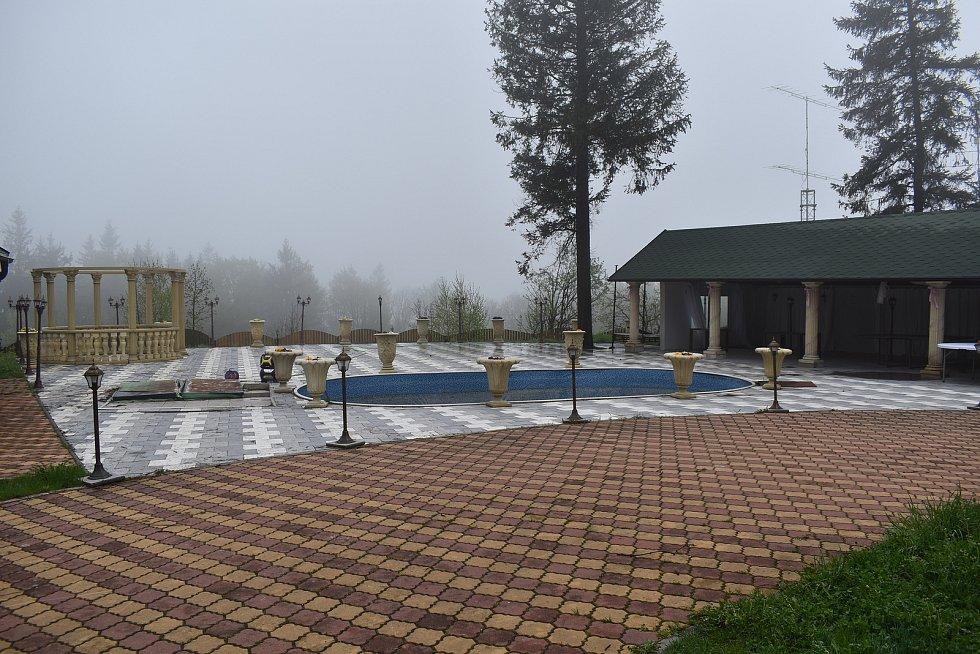 Rozhledna Lázek v Zábřežské vrchovině- nádvoří u Reichlovy chaty.