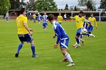Fotbalisté Šumperku (ve žlutém) prohráli s Bruntálem 2:3.