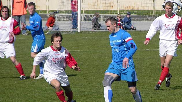 Opora zábřežských fotbalistů Lubomír Pinkava (s míčem).