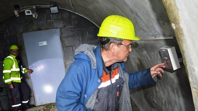 Cvičení na přečerpávací vodní elektrárně Dlouhé stráně. Zaměstnanec elektrárny hlásí na velín, že kanál mezi horní a dolní nádrží je zakouřený a kolega, který se vtěch místech pohyboval, se nehlásí.