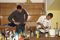 Kamil Hégr (vlevo), který připravoval mexické studenty na barmanskou soutěž, dohlíží na Daniela při přípravě soutěžního drinku.