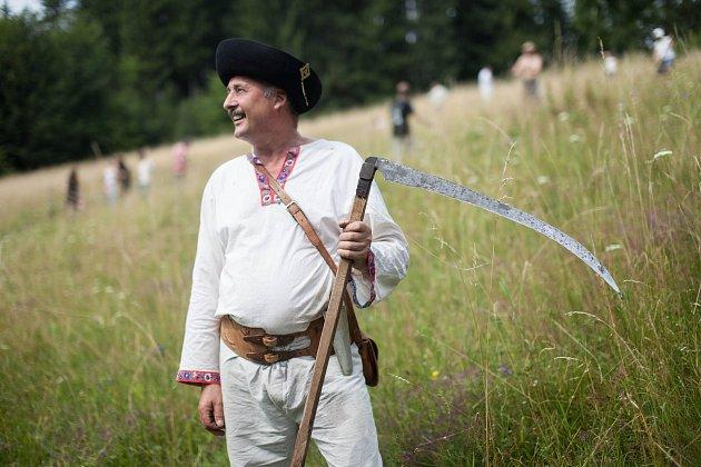 Folklorní kosení v osadě Chebzí u Písečné.