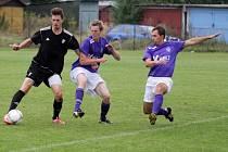 Fotbalisté Holice B (v černém) porazili Velké Losiny 1:0.