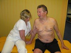 Bobathovu metodu, která pomohla k návratu do běžného života i Josefu Kaňokovi, cvičí v šumperské nemocnici s pacienty pětice speciálně vyškolených fyzioterapeutů.