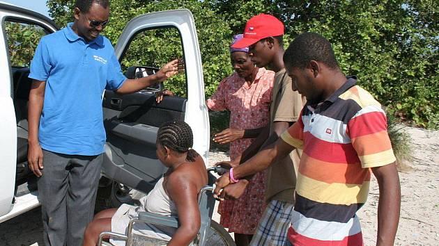 Rodolphe Baltazar (vlevo), administrátor farnosti Baie de Henne na Haiti, je na návštěvě v Česku