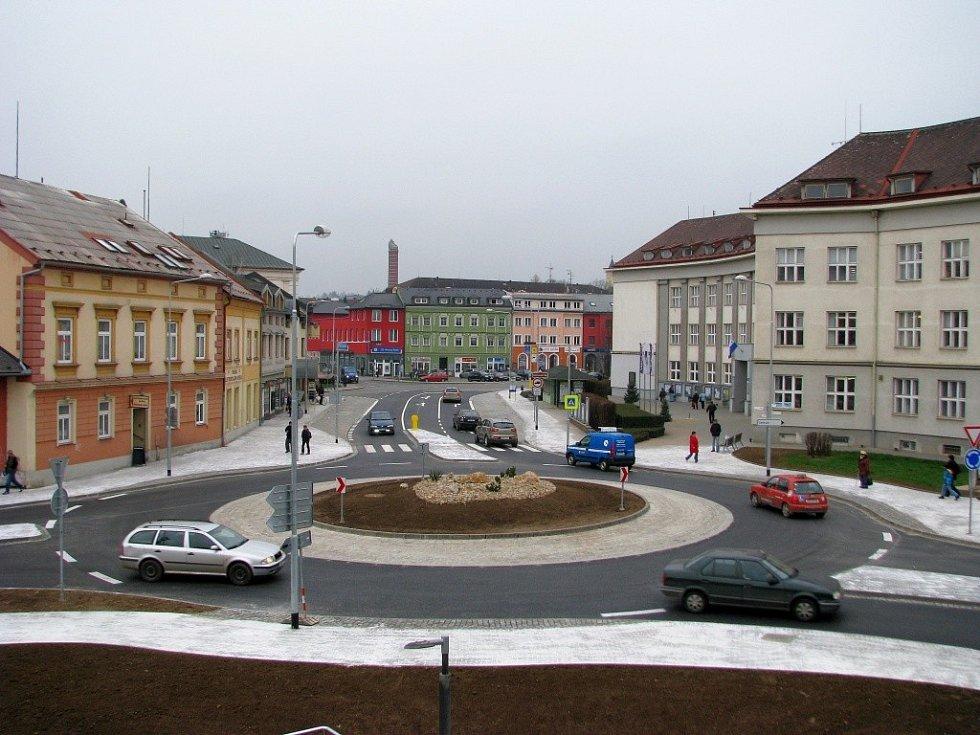Kruhový objezd na křižovatce ulic ČSA, Postřelmovské a náměstí Osvobození v Zábřehu.