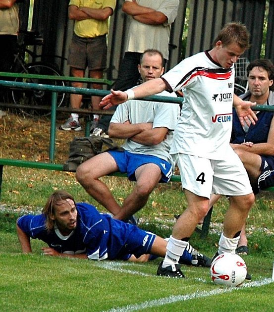 Hráči Losin (bílé dresy) nezvládli nedělní domácí utkání.