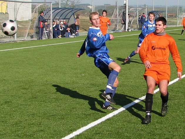 Mohelničtí fotbalisté (oranžové dresy) opět prohráli (ilustrační foto)