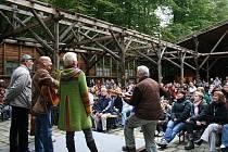 Koncert Spirituál kvintetu, který v prostorách bývalé vojenské posádky v Mikulovicích vystoupil v minulém roce