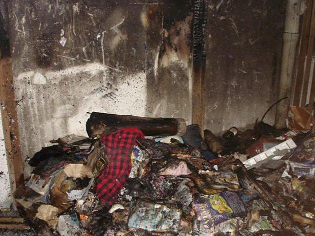 Požárem zničený sklep panelového domu v Prievidzské ulici