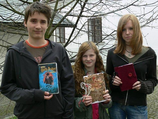 Tomáš Skřivánek, Anička Švestková a Vendula Dusová se svými dílky vzešlými z projektu Moje kniha.