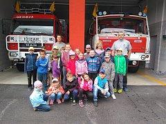 Členové sboru dobrovolných hasičů Temenice se současnou technikou