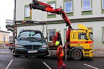Při úklidu v ulici 17. listopadu v Šumperku musela odtahová služba přemístit několik aut