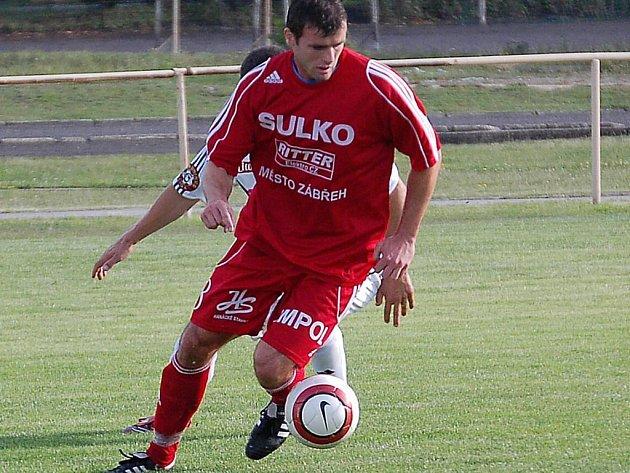 Jeden ze zábřežských hráčů si kryje míč.