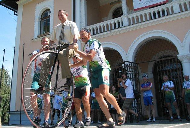 Peloton cyklistů v čele s devítinásobným mistrem světa v jízdě na vysokém kole projíždí Českou republiku v rámci cyklotour Na kole dětem. Vybrané peníze pomohou dětem, které absolovaly náročnou onkologickou léčbu.