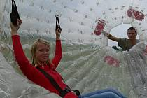 Letní turistická atrakce zorbing funguje na Ramzové od roku 2009