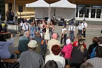 Benefiční koncert nazvaný Babí léto s Charitou se uskuteční v pátek 26. září v amfiteátru před zábřežským zámkem. Výtěžek poslouží na pořízení bubnů djembe a perkusních nástrojů pro klienty charitního stacionáře Okýnko.