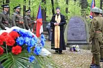 Panychida za válečné zajatce na lesním hřbitově Rudohoří u Bělé pod Pradědem.