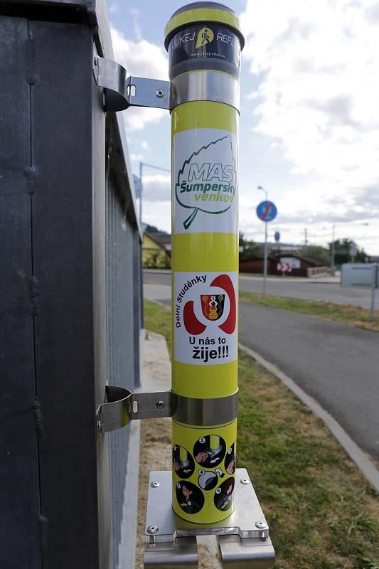 V obci Dolní Studénky si mohou chodci zdarma nalepit reflexní nálepku ze zásobníku na vjezdech do vesnice.