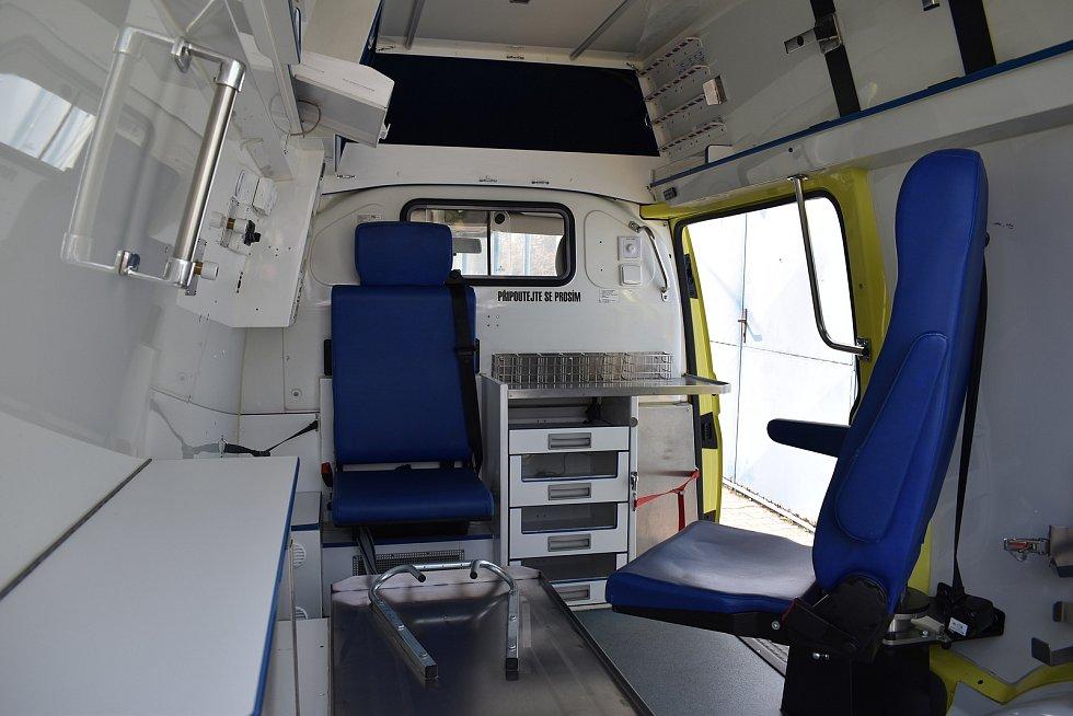 Zástupci města Jeseníku si převzali od zdravotnických záchranářů vyřazenou sanitku. Strážníci jí budou opilé lidi na záchytnou stanici.
