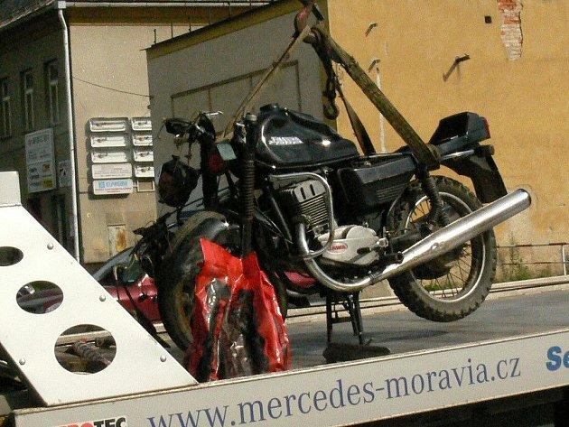 Po nehodě motorkáře s osobákem na křižovatce ulic Uničovské a Lidické.