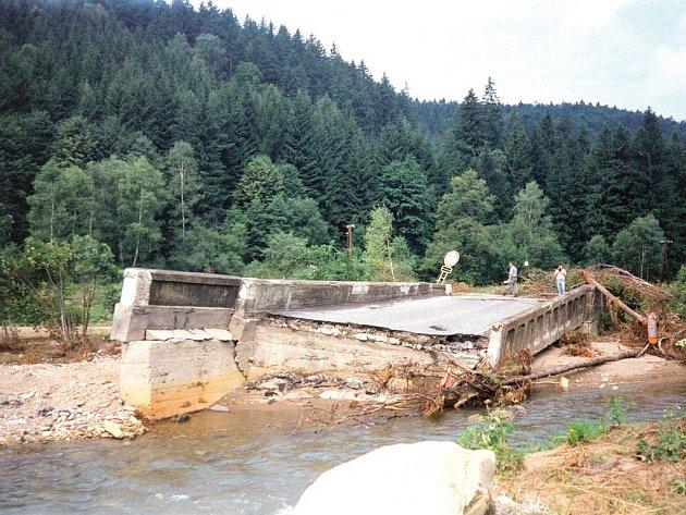 Na snímku z července 1997 je kamenný most, po němž tehdy vedla silnice mezi Jindřichovem a Brannou.