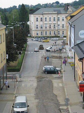 Náměstí Osvobození vZábřehu má formu spíše široké ulice. Po obou stranách se nacházejí obchody. Vširší části je zelený pás oddělující rušnou ulici od obslužné komunikace.